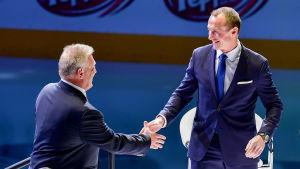 Jere Lehtinen och Brett Hull skakar hand.