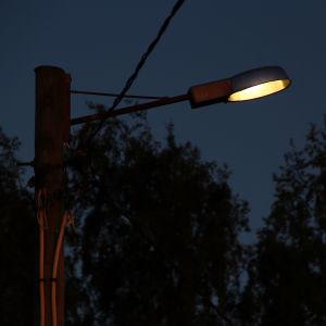 gatulampa i mörker