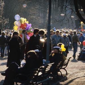 Vappua juhlivia ihmisiä Esplanadin puistossa (1980)