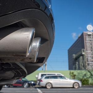 Bilar parkerade utanför Volkswagens huvudkontor i Wolfsburg i Tyskland.