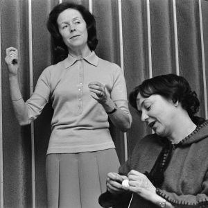Näyttelijät Eeva-Kaarina Volanen ja Eila Peitsalo pressikuvassa kuunnelmaa Untako lienee varten 11.8.1975