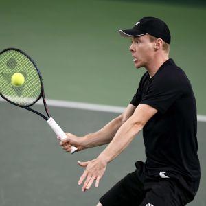 Harri Heliövaara slår en tennisboll.