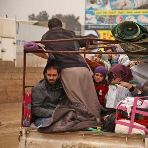 En familj som flyr från staden Dana i nordvästra Syrien
