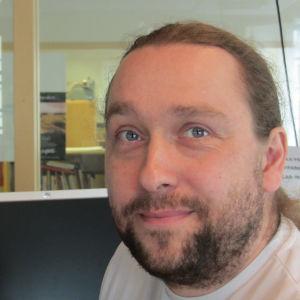 Mathias Gustavsson är redaktör på Svenska Yle och arbeter för Radio Vega Östnyland.
