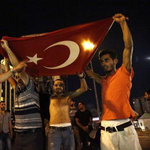 President Erdogans anhängare protesterar på Istanbuls gator.