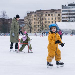 Tapaninpäivän luistelut Brahenkentällä Helsingissä.