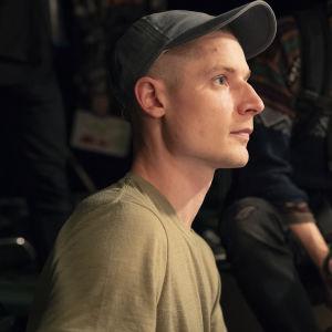 Ohjaajaopiskelija Max Ovaska ohjaa Aalto-yliopiston studiossa elokuvaansa. 25.10.2019.