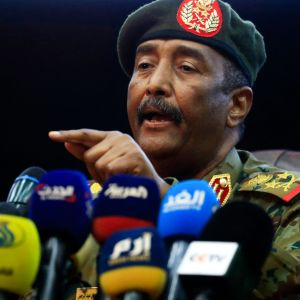 Sudanin armeijan pääkenraali Abdel Fattah al-Burhan puhuu medialle.