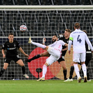 Karim Benzema skjuter på volley