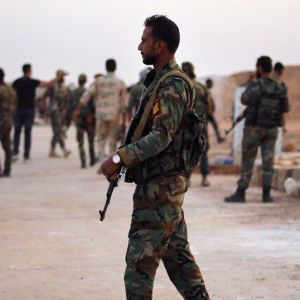Syriska regeringssoldater samlas i närheten av staden Raqqa.