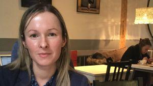 Olga Vijard sitter med sin morgongröt på ett café i Tallinn.