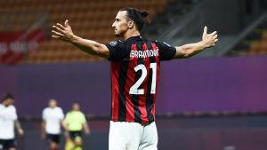 Zlatan firar mål genom att breda ut armarna.