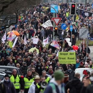 Flera tusen demonstranter tågade genom Kassel på lördagen. I demonstrationståget syntes inte många munskydd.
