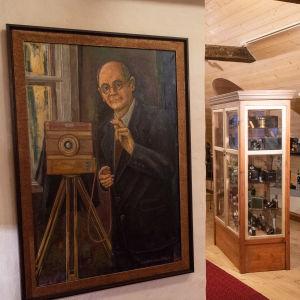 Ett porträtt föreställande en ateljéfotograf med sin kamera