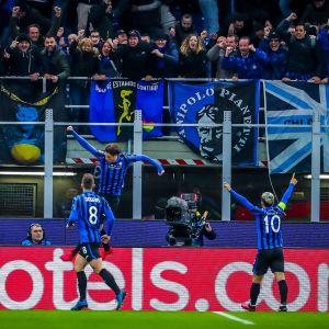 Atalantas spelare firar ett mål i matchen mot Valencia.