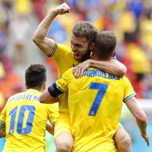 Ukrainska spelare firar ett mål.