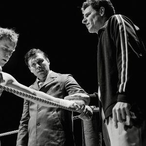Hymyilevä mies on Juho Kuosmasen ohjaama tositapahtumien innoittama elokuva nyrkkeilijä Olli Mäestä, jolla on edessään elämänsä tilaisuus.