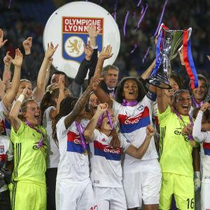 Lyon lyfter pokalen efter segern i Champions League.