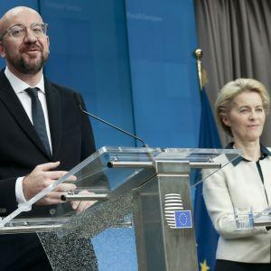 Eurooppa-neuvoston puheenjohtaja Charles Michel sekä komission puheenjohtaja Ursula von der Leyen Eurooppa-neuvoston päätteeksi järjestetyssä tiedotustilaisuudessa.