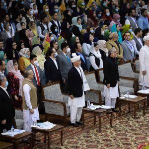 3 600 delegater från hela landet deltog i det stora stammötet Loya Jirga som enhälligt rekommenderar att de 400 mest fruktade talibanfångarna friges.