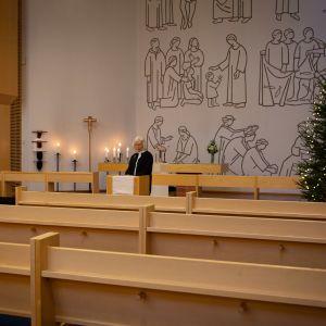 Kappalainen Marketta Antola lukee jouluhartautta Vuosaaren kirkossa.