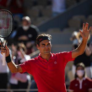 Roger Federer tuulettaa avausvoittoaan vuoden 2021 Ranskan avoimessa tennisturnauksessa.