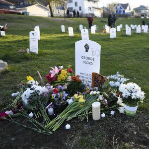 Pidätystilanteessa poliisiväkivallan seurauksena kuolleen George Floydin muistomerkki Sanokaa heidän nimensä -hautausmaalla Minneapolisissa Yhdysvalloissa.