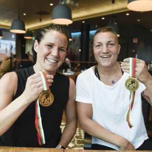 Mira Potkonen (vas.) ja Elina Gustafsson saavuttivat mitalit vuoden 2018 EM-kisoissa.