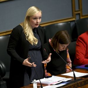 Sisäministeri Maria Ohisalo vastausvuorossa eduskunnan täysistunnossa.