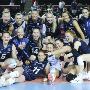 Finlands spelare firar efter segern mot Frankrike i volleybolls-EM 2019.