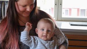 niklas i mammas famn hemma i köket