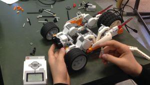 En robot bygd av lego.