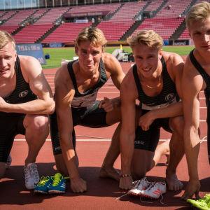 Lauri Tuomilehto, Willem Kajander, Victor Fagerholm och Viktor Kantele firar stafett-FM-guld.