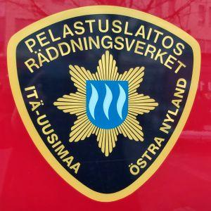 Räddningsverket emblem på brandbil.