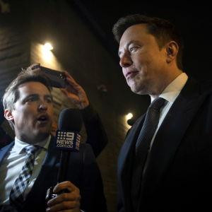 Elon Musk lämnar rättssalen i Los Angeles.