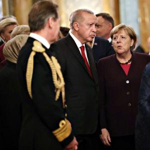 Turkin presidentti Recep Tayyip Erdoğan ja Saksan liittokansleri Angela Merkel keskustelevat kuningatar Elisabetin vastaanotolla Buckinghamin palatsissa.