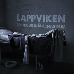 Text Lappviken röster ur själarnas rum projicerad på vägg ovanför gammal sjukhussäng