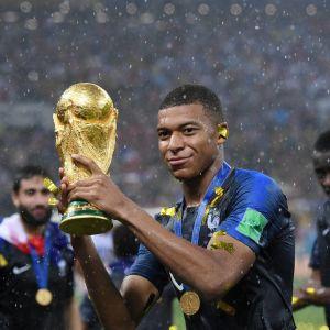 Kylian Mbappé med VM-pokalen