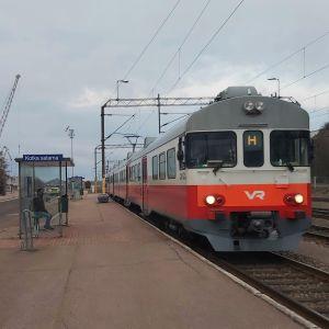 Sm2-taajamajuna Kotkan Sataman laiturilla.