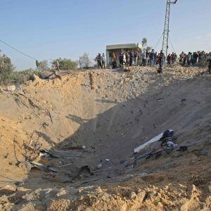 Gropen efter det bostadshus som bombades av Israel i Deir al-Balah på Gazaremsan strax innan eldupphöret trädde i kraft på torsdag morgon. Nu är Israel och palestinierna oense om vem som egentligen dödades där.