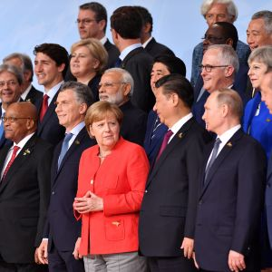 Deltagarna i G20-mötet samlade på rad.