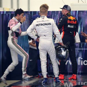 Valtteri Bottas försöker medla då Esteban Ocon och Max Verstappen är i luven på varandra efter loppet.