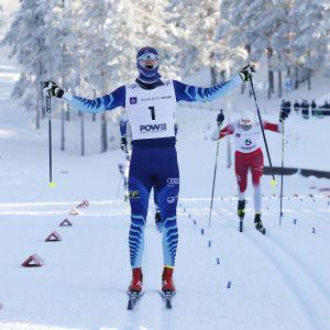 Niilo Moilanen jublar då han korsar mållinjen.