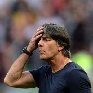 Tysklands chefstränare Joachim Löw ser fundersam ut.