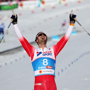 Hans Christer Holund firar.