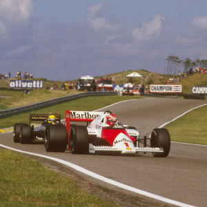 Niki Lauda håller undan för Ayrton Senna på Zandvoort 1985.
