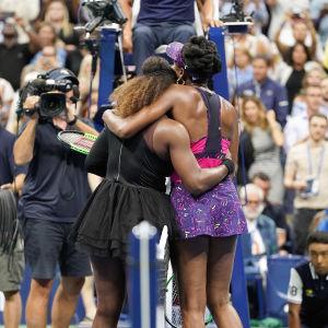 Systrarna Williams kramar varandra efter match i US Open.