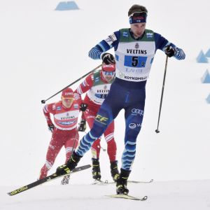 Joni Mäki åker ankarsträckan i stafetten.