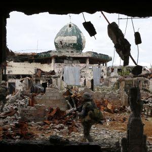 Närmare 900 människor har dödats i strider i provinshuvudstaden Maraewi som nu till stora delar ligger i ruiner