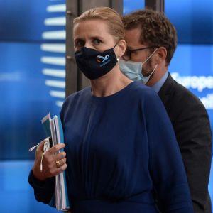 Danmarks statsminister Mette Frederiksen med ansiktsskydd.